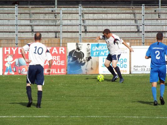 Dimitri Pecquet avec le ballon et Mathias Broutin (n°10)