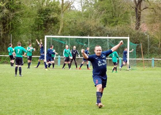 """30ème : coup-franc de Pierre Devaux au premier plan; l'AS2A lève les bras mais c'est bien un """"Vert"""" qui marque contre son camp. 0 - 2"""