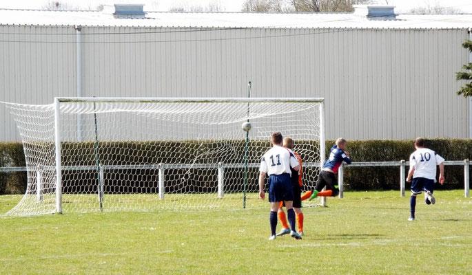 19ème : coup-franc de Jean-Baptiste Gamain, le gardien est battu. 1 - 0