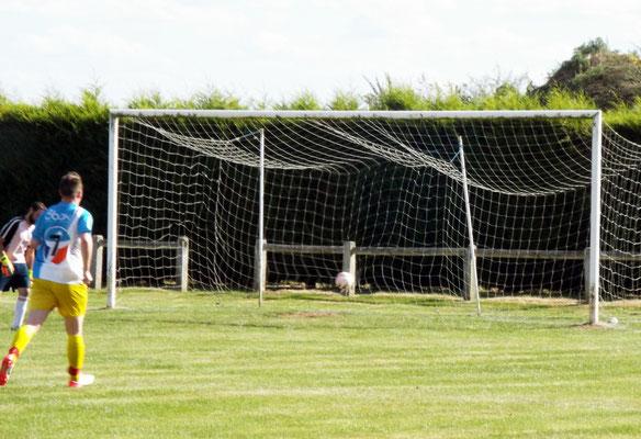 Mathias Broutin (hors photo) pousse le ballon dans les buts; le gardien de Licourt est résigné. 1 - 7