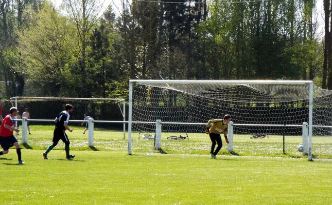 13ème : Mathias Broutin (à gauche maillot rouge) tout proche d'ouvrir le score