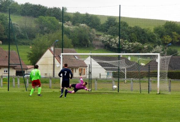 15ème : Pierre Devaux (hors cadre côté gauche) contrôle, frappe et marque. 1 - 0