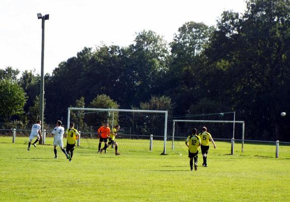 47ème : le défenseur in extremis enlève le ballon qui était destiné à Mathis Broutin n° 10 prêt à faire feu; ce n'est que partie remise
