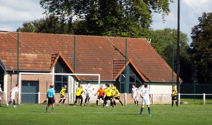 18ème : tête d'Alexandre Lenglet; le ballon est repoussé par un défenseur sur sa ligne