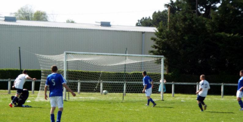 86ème : malgré la photo de mauvaise qualité, on remarque bien Julien Scellier qui glisse le ballon à droite du gardien et clôture le score. 5 - 0