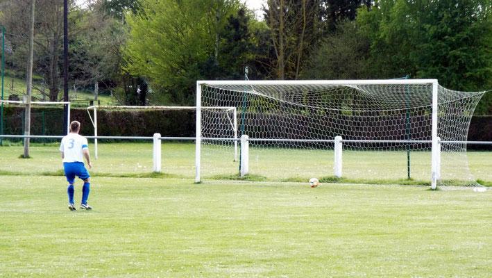27ème : Julien Scellier tire; le ballon heurte le poteau et longe la ligne mais ne la franchit pas