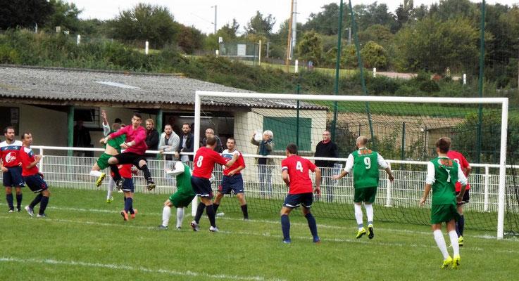 23ème : coup de pied au coin, Clément Quillet ne peut intercepter, l'avant reprend de la tête et ouvre le score. 1 - 0