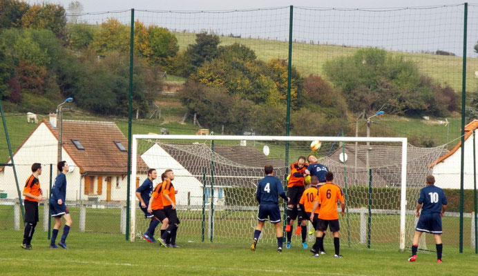 20ème : le gardien visiteur et son défenseur se gènent suite à un coup-franc tiré par Pierre Devaux; la balle va franchir la ligne et permet l'égalisation de l'AS2A. 1 - 1