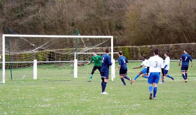 32ème : le ballon passe de très peu à côté des buts de Clément Quillet