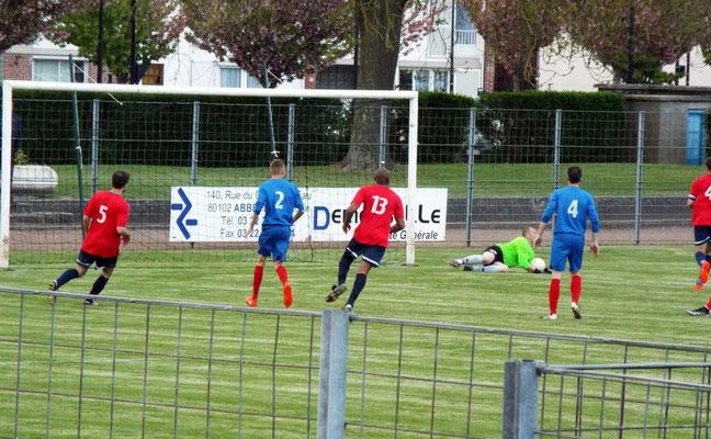 85ème : le gardien abbevillois va relâcher le ballon, Nicolas Collemare n° 4 qui a bien suivi le propulse dans le but et réduit le score.