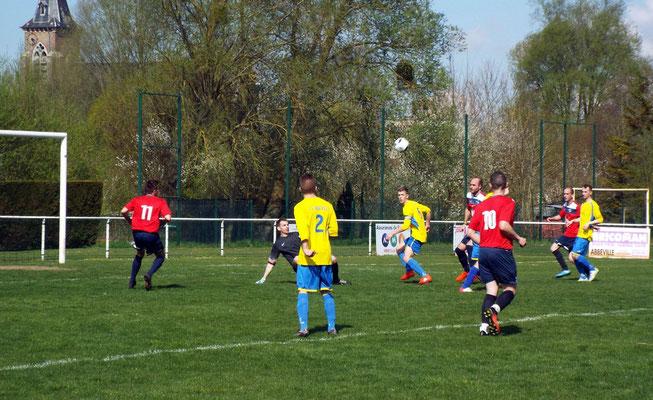 22ème : situation chaude devant les buts abbevillois mais personne pour reprendre le ballon
