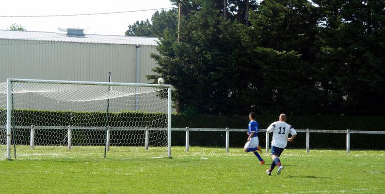 60ème : sur un tir de Miguel Farcy (hors photo côté droit), le ballon s'écrase sur la transversale