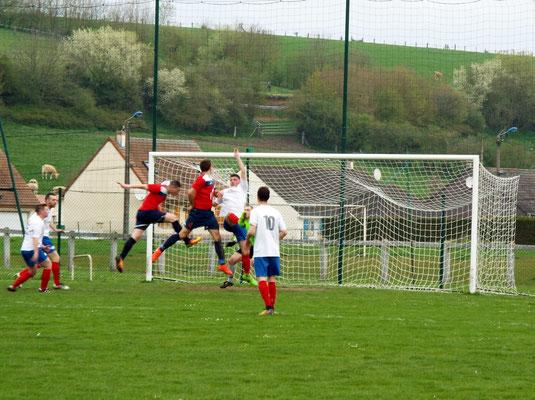 40ème : ni Nicolas Collemare, ni Julien Scellier ne peuvent effleurer le ballon qui file devant le but