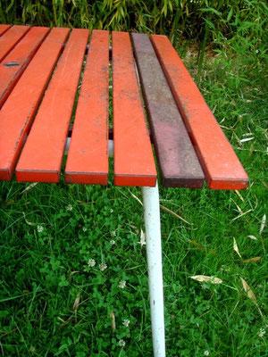 Table de jardin à lattes métalliques vintage