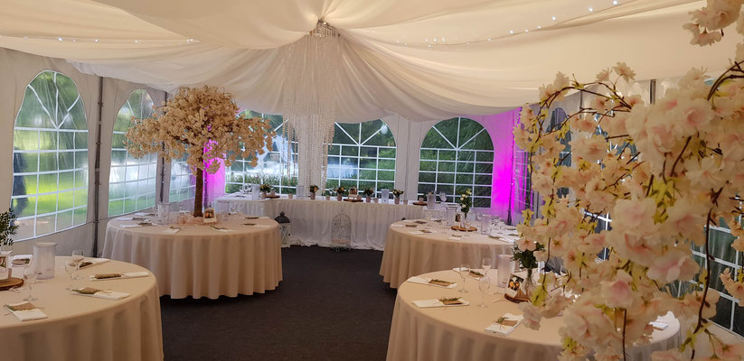 Tafel für das Brautpaar und runde Tische (55 Personen)
