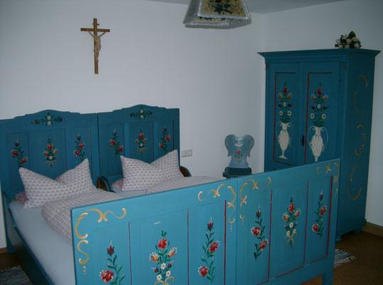 Separates Schlafzimmer mit Waschbecken, Kühlschrank und Fernseher