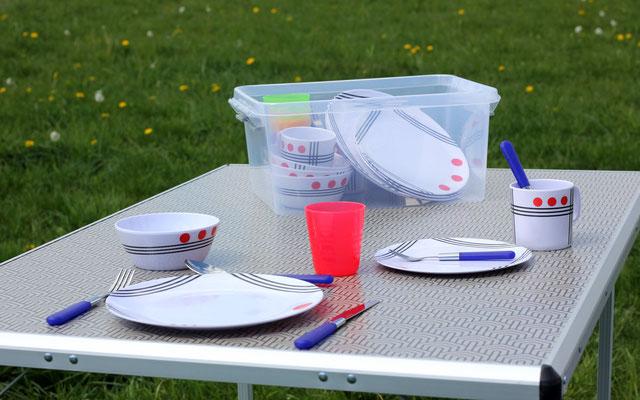 Tische, Stühle, Besteck und Geschir auf Anfrage