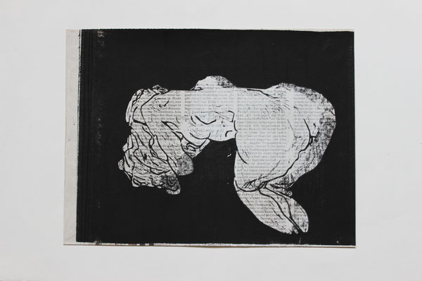 Kniend/1 (2015). Linolschnitt aus Zeitung.