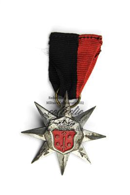 NSB WA Bloembollenmars medaille 1943. (model zilver) verkreeg men na voor de vijfde keer de mars afgelegd te hebben.
