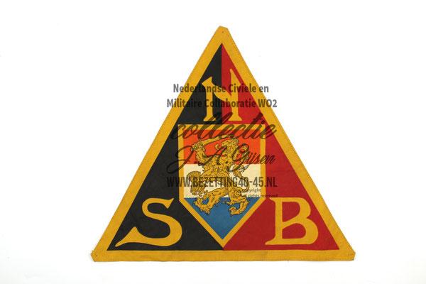 NSB Vlag insigne, dat in het centrum op de zwart rode partij vlag zat gestikt.