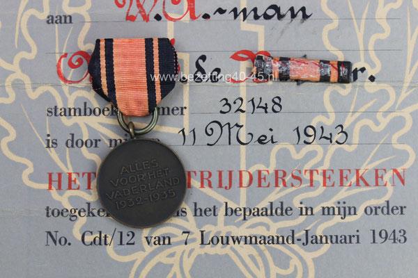 """NSB medaille (groep)  het """" W.A. Strijdersteken """" (Op naam van NSB lid te Dordrecht) - De set bestaat uit, """"Medaille-Baton-Oorkonde""""."""