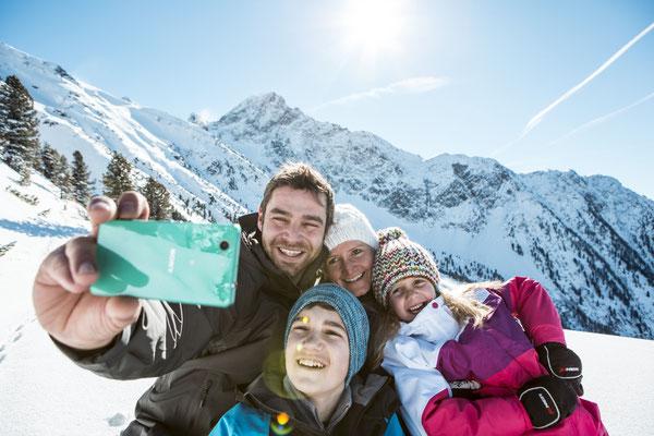 © Ötztal Tourismus Photograf eye5 Bildbeschreibung Ötztal, Skiregion Hochoetz, Familie, Winter, Spaß, Selfie, Lanschaft, Mann, Frau, Mädchen, Junge, Schnne, Berge, Himmel, Wald, Sonne
