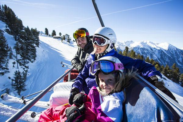 © Ötztal Tourismus Photograf eye5 Bildbeschreibung Skiregion Hochoetz, Region Oetz, Familie, Winter, Skilift, Himmel, Winter, Landschaft, Skipiste, Schnee, Wald, Mann, Frau, Mädchen