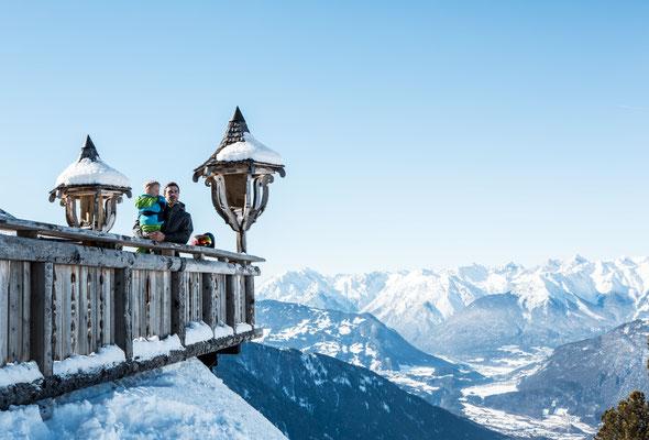 © Ötztal Tourismus Photograf eye5 Bildbeschreibung Ötztal, Region Oetz, Skiregion Hochoetz, Bielefelder Hütte, Familie, Mann, Junge, Terrasse, Landschaft, Winter, Himmel, Berge, Aussicht, Laternen