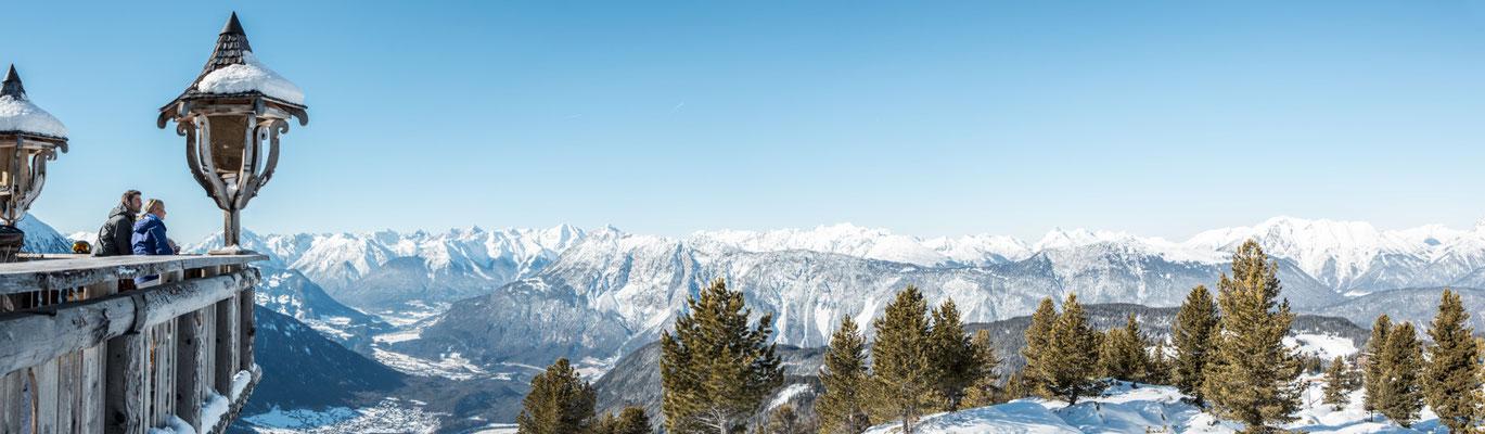 © Ötztal Tourismus Photograf eye5 Bildbeschreibung Skiregion Hochoetz, Region Oetz, Bielefelder Hütte, Familie, Winter, Berge, Himmel, Schnee, Landschaft, Panorama, Bäume, Skipiste, Frau, Mann, Laterne