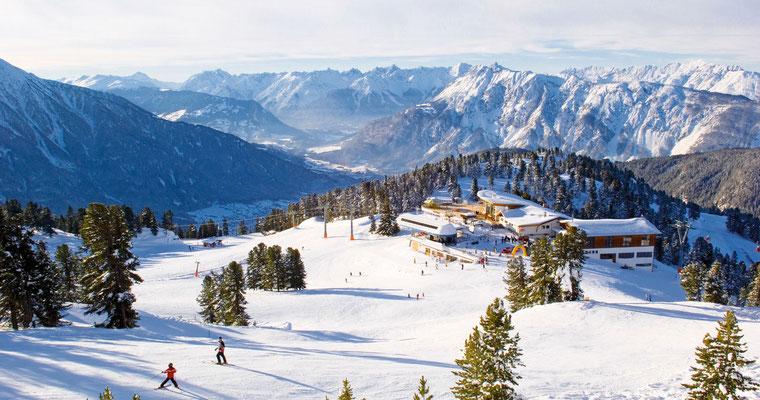 © Bergbahnen OETZ Photograf Albin Niederstrasser Bildbeschreibung Region Oetz, Hochoetz, Winter, Skigebiet, Panoramarestaurant Hochoetz, Schnee, Wald, Berge, Bäume, Skifahren