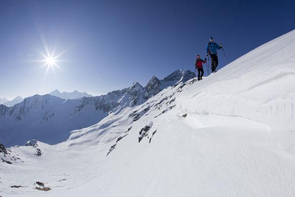 © Ötztal Tourismus Photograf Bernd Ritschel Bildbeschreibung Ötztal, Region Oetz, Schneeschuhwandern zum Wetterkreuz, Pärchen, Mann, Winter, Schnee, blauer Himmel, Berge, Sonnenstrahlen