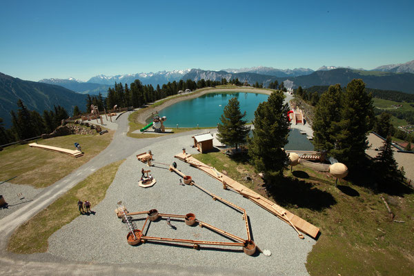 © Bergbahnen Hochoetz Photograf - Bildbeschreibung WIDIVERSUM Hochoetz, Übersicht, Wasser, See, blauer Himmel, Wald, Bäume, Spielplatz, Berge