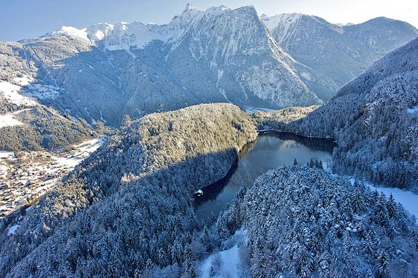 © Ötztal Tourismus Photograf Ernst Lorenzi Bildbeschreibung Winter, Oetz, Piburgersee, Bäume, Wald, Ort, Acherkogl
