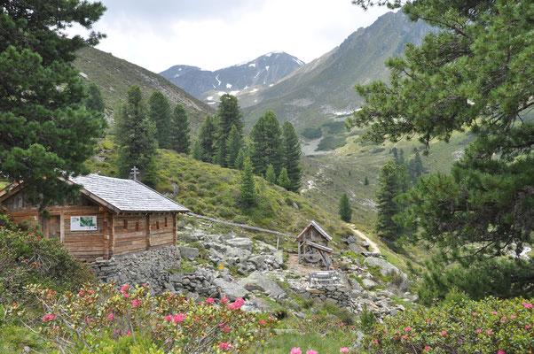© Bergbahnen Hochoetz Photograf - Bildbeschreibung Ötztal, Region Oetz, Almenregion Hochoetz, Knappenweg, Hütte, Landschaft, Natur, Alpenrosen, Sommer