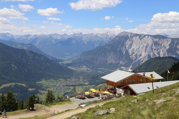 © Acherberg Alm Photograf - Bildbeschreibung Ötztal, Region Oetz, Almenregion Hochoetz, Acherberg Alm, Hütte, Einkehr, Sommer, Terrasse, Aussicht, Ausblick, Häuser, Wald, Berge, Wolken