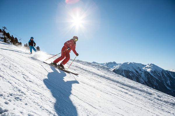 © Ötztal Tourismus Photograf eye5 Bildbeschreibung Skiregion Hochoetz, Region Oetz, Junge, Skilehrer, Winter, Skipiste, Himmel, Schnee, Berge, Bäume, Sonne