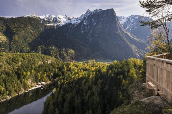 © Ötztal Tourismus Photograf Ewald Schmid Bildbeschreibung Ötztal, Region Oetz, Piburger See, Wasser, Wald, Bäume, Berge, Acherkogel, blauer Himmel, Sommer, Herbst, Aussichtspunkt Seejöchl, Aussichtsplattform