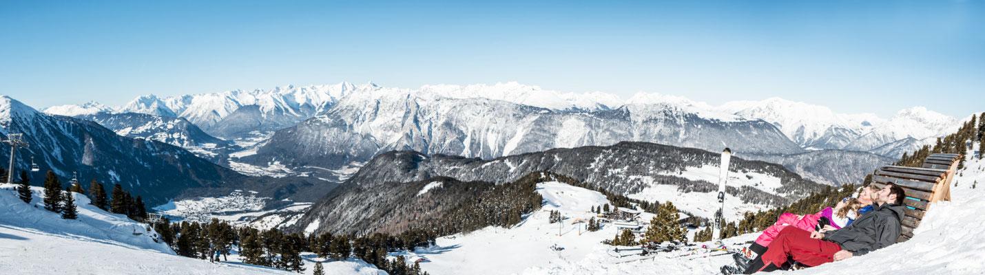 © Ötztal Tourismus Photograf eye5 Bildbeschreibung Skiregion Hochoetz, Region Oetz, Familie, Liege, Winter, Berge, Himmel, Schnee, Landschaft, Panorama, Bäume, Skipiste, Skilift, Kinder, Frau, Mann
