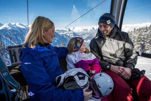 © Ötztal Tourismus Photograf eye5 Bildbeschreibung Ötztal, Skiregion Hochoetz, Gondel, Familie, Mann, Frau, Mädchen, Winter, Skifahren, Landschaft, Berge, Himmel, Bäume, Skipiste