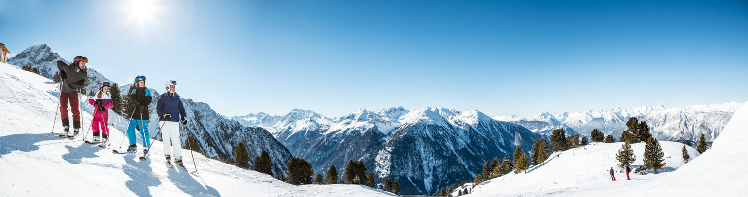 © Ötztal Tourismus Photograf eye5 Bildbeschreibung Skiregion Hochoetz, Region Oetz, Skifahren, Winter, Familie, Berge, Himmel, Schnee, Landschaft, Panorama, Bäume, Skipiste, Mann, Frau, Kinder, Sonne