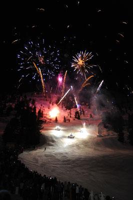© Bergbahnen Hochoetz Photograf Bernhard Stecher Bildbeschreibung Region Oetz, Skiregion Hochetz, Mondzauber, Nightskishow, Nachaufnahme, Veranstaltung, Winter, Pistenbully, Menschen, Wald, Schnee, Feuerwerk