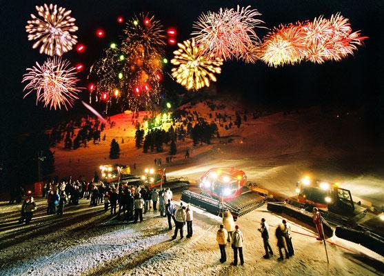 © Bergbahnen Oetz; Ötztal, Hochoetz, Bergsilvester, Feuerwerk, Silvester, Winter, Nacht, Abend, Menschen, Publikum, Zuschauer, Pistenbully, Schneeraupe, Schnee, Skipiste, Wald, Bäume