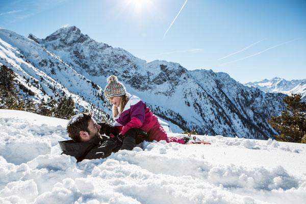 © Ötztal Tourismus Photograf eye5 Bildbeschreibung Skiregion Hochoetz, Region Oetz, Familie, Schnee, Winter, Landschaft, Himmel, Berge, Mädchen, Mann, Bäume, Spaß, Sonne