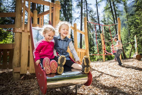 © Ötztal Tourismus Photograf Rudi Wyhlidal Bildbeschreibung Ötztal, Sautens, WIDIs Zauberwald, Kinder, Familie, Sommer, Spielplatz, spielen, Wald, Bäume, blauer Himmel