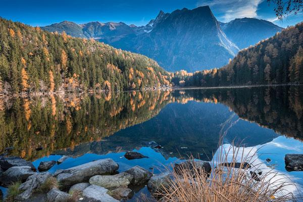 © Ötztal Tourismus Photograf Ewald Schmid Bildbeschreibung Ötztal, Region Oetz, Piburger See, Wasser, Bäume, Wald, Natur, Sommer, Herbst, Steine, Berge, Acherkogel, Landschaft, Stimmung