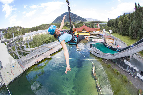 © AREA 47 Photograf Jens Klatt Bildbeschreibung AREA 47 – der größte Outdoor Freizeitpark in Österreich, Outdoor-Highlight im Ötztal, Outdoor, Sommer, Flying Fox, Adrenalin, Frau, Wasser, See, Wald, Rutsche
