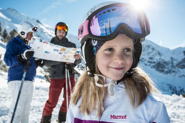 © Ötztal Tourismus Photograf eye5 Bildbeschreibung Skiregion Hochoetz, Region Oetz, Skifahren, Familie, Winter, Skipiste, Himmel, Schnee, Berge, Bäume, Frau, Mann, Mädchen, Sonne, Karte