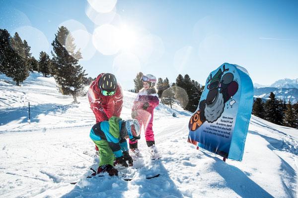© Ötztal Tourismus Photograf eye5 Bildbeschreibung Skiregion Hochoetz, Region Oetz, Winter, Skifahren, Skilehrer, Kinder, WIDIs Pistentipps, Skipiste, Himmel, Berge, Wald