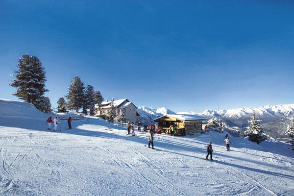 © Ötztal Tourismus Photograf Bernd Ritschel Bildbeschreibung Ötztal, Region Oetz, Skiregion Hochoetz, Bielefelder Hütte, Skigebiet Skifahren, Winter, Schnee, Skipiste, blauer Himmel, Wald, Bäume