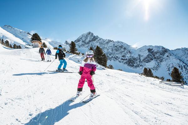 © Ötztal Tourismus Photograf eye5 Bildbeschreibung Skiregion Hochoetz, Region Oetz, Skifahren, Familie, Winter, Skipiste, Himmel, Schnee, Berge, Bäume, Frau, Mann, Junge, Mädchen